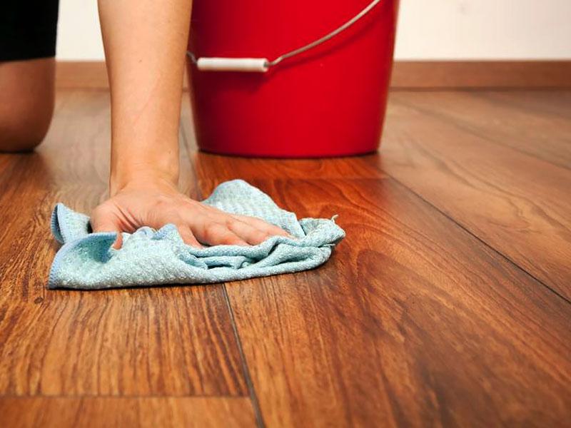 como realizar limpieza de pisos de madera