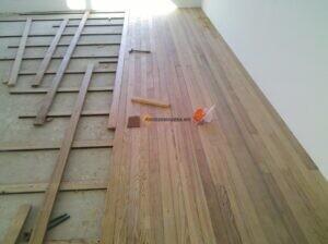 colocación de piso de madera de pino